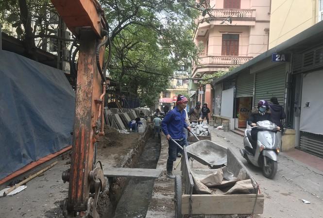 Đào bới khắp nơi để làm lại đường không quây chắn là nguyên nhân gây ô nhiễm nặng ở Hà Nội Ảnh: Q.T