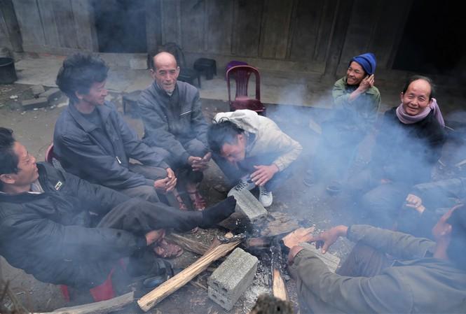 Người dân vùng cao Nghệ An sưởi ấm bên bếp lửa chống chọi giá rét. Ảnh: Cảnh Huệ