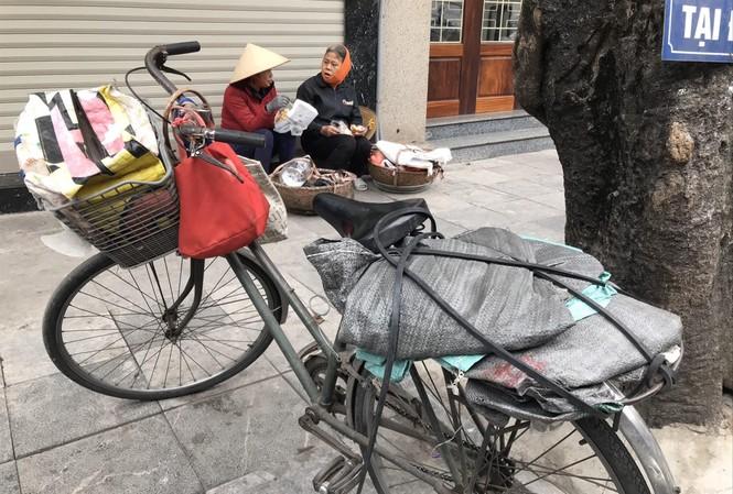 Lúc hơn 15h, bà Vân, chị Hoa mới ăn trưa sau buổi sáng miệt mài thu mua  đồng nát Ảnh: Trường Phong