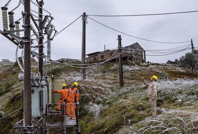 Công nhân điện lực Lạng Sơn thực hiện nhiệm vụ ở đỉnh Mẫu Sơn. Ảnh: Tố Oanh