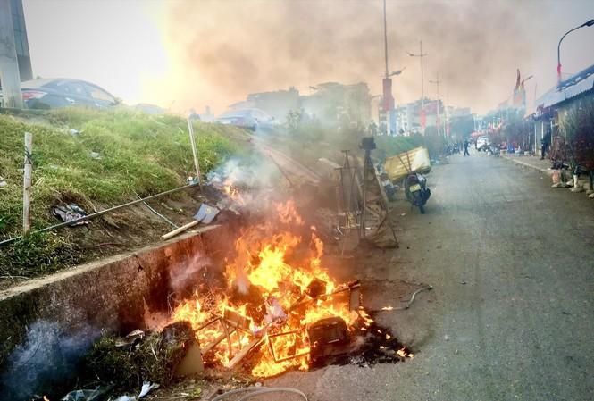 Đốt rác thải là một nguồn phát sinh ô nhiễm bụi mịn ở Hà Nội Ảnh: NGUYỄN HOÀI