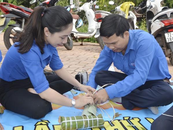 Bạn trẻ Bà Rịa - Vũng Tàu gói bánh tặng người nghèo dịp Tết Ảnh: baobariavungtau.com.vn