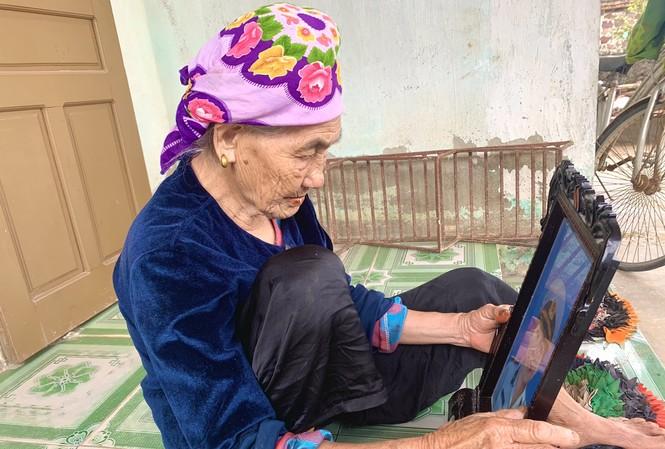 Mẹ Lưu Thị Linh bên di ảnh của liệt sỹ Hồ Văn Nuôi