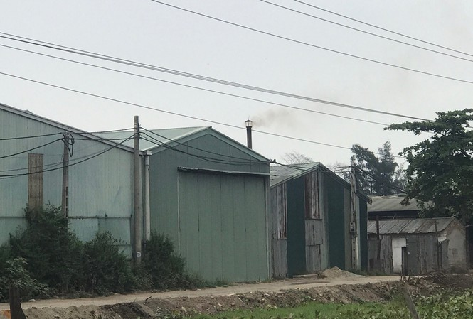 Khói đen từ nhà xưởng sản xuất gỗ ép tại xã Dục Tú xả thẳng ra môi trường