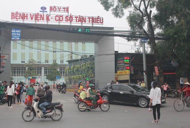 Người dân bất chấp nguy hiểm, băng qua đường tại cổng bệnh viện K Tân Triều