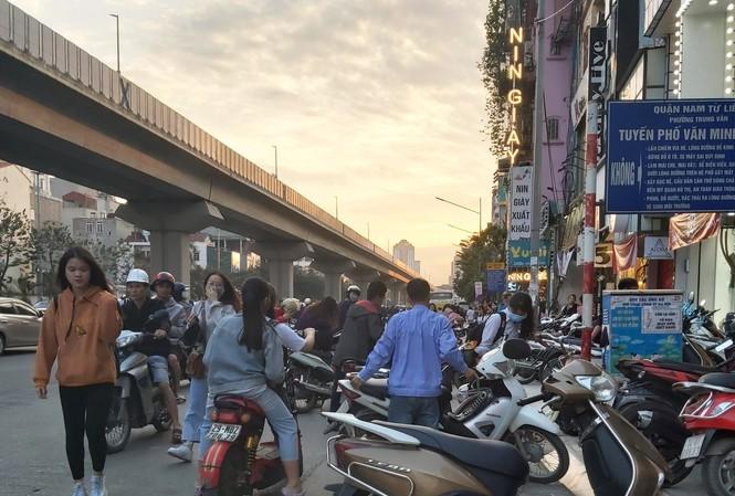 Vỉa hè phố Nguyễn Trãi bị chiếm dụng, người đi bộ phải tràn xuống lòng đường