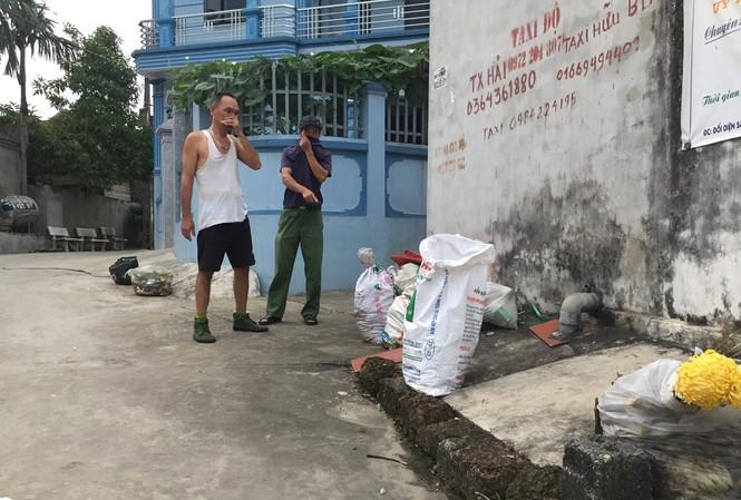 Rác chất đống khắp đường làng, ngõ xóm tại xã Tuy Lai