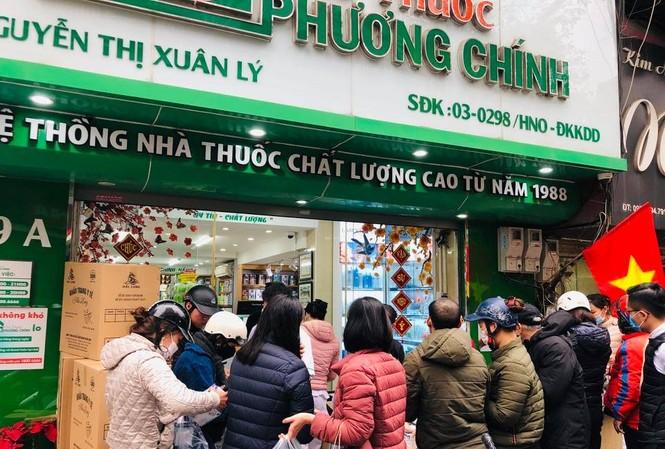 Cảnh nhộn nhịp xếp hàng mua khẩu trang ở Hà Nội