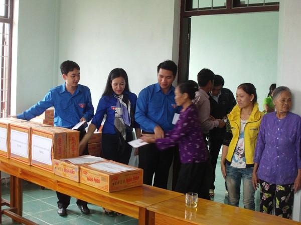 Đoàn Khối các cơ quan Trung ương cứu trợ đồng bào vùng lũ