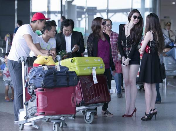 Khánh My gây chú ý ở sân bay với chân dài thẳng tắp