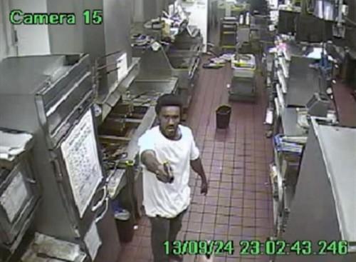 Mang súng cướp nhà hàng, bắn 5 lần không nổ