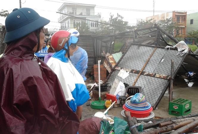 Đà Nẵng tả tơi vì bão