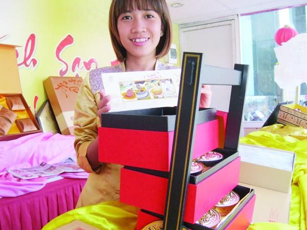 Nhân viên Khách sạn Hà Nội giới thiệu hộp bánh có giá 10 triệu đồng. Ảnh: N.Tuyền