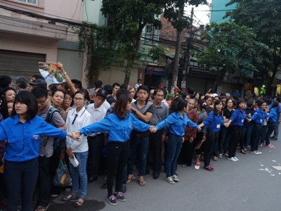 Hàng người vẫn nối dài trước nhà tang lễ