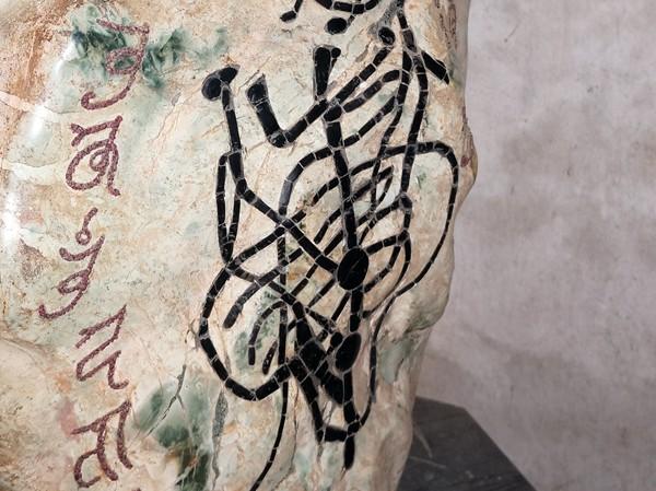 Hòn đá có những hình vẽ khó hiểu