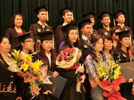 Á hậu Hoa hậu Việt Nam 2010 Đặng Thùy Trang rạng rỡ ngày tốt nghiệp