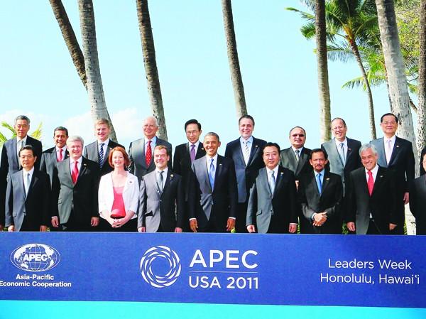 Chủ tịch nước Trương Tấn Sang (hàng thứ hai, ngoài cùng bên phải) với các nhà lãnh đạo các nền kinh tế thành viên APEC Ảnh: TTXVN