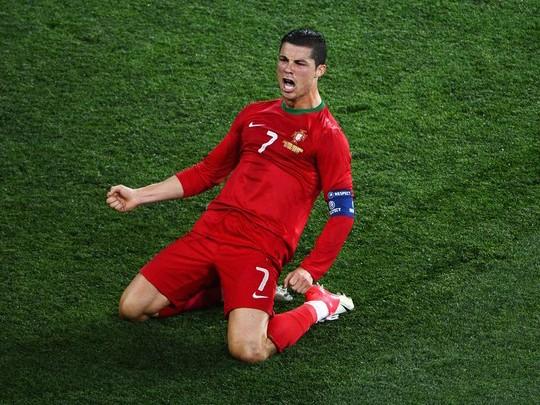 Ronaldo tỏa sáng đưa Bồ Đào Nha đi tiếp
