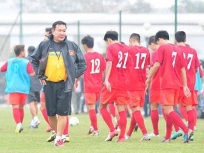 Tranh cãi quanh việc VFF 'trảm' HLV Hoàng Văn Phúc