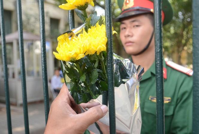 Hàng nghìn người mang hoa đến cổng nhà Đại tướng