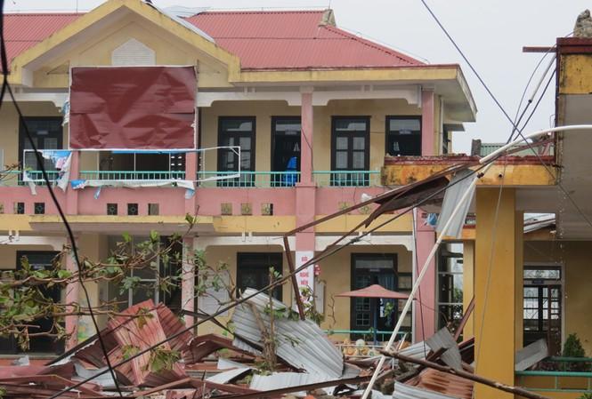 Lốc xoáy sau bão phá nát nhiều nhà dân