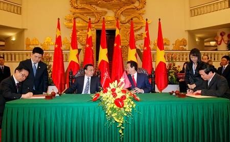 Hai Thủ tướng chứng kiến lễ ký văn bản thỏa thuận hợp tác giữa Bộ Công Thương Việt Nam và Bộ Thương mại Trung Quốc.