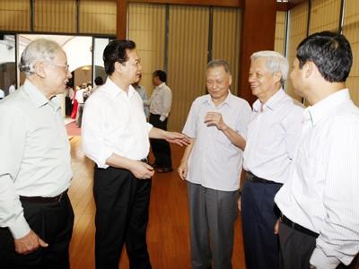 Thủ tướng và các chuyên gia kinh tế trao đổi bên lề buổi làm việc. Ảnh: TTXVN