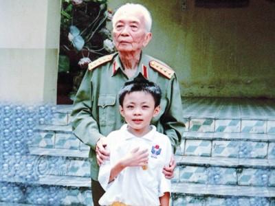 'Thần đồng' chụp ảnh riêng với Đại tướng Võ Nguyên Giáp