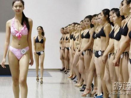 Choáng với các nữ sinh diện bikini nóng bỏng lên lớp