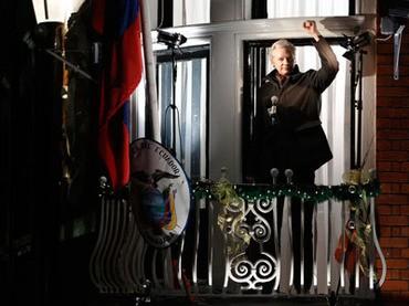 Ông Julian Assange trên ban công của đại sứ quán Ecuador tại London