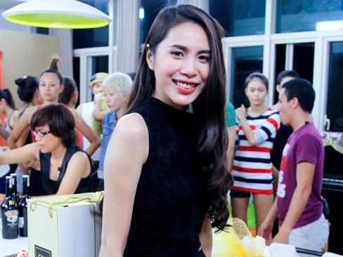 Thủy Tiên khoe da trắng muốt ở nhà chung Next Top Model