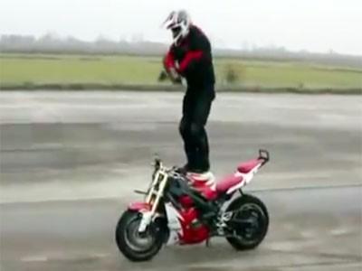 Vừa lái motor vừa nhảy Gangnam Style