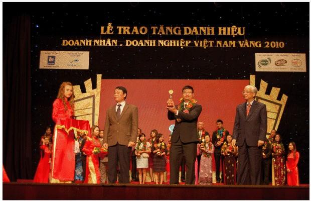 """VINA Design nhận cúp vàng """"Doanh nhân – Doanh nghiệp Việt Nam vàng 2010"""""""