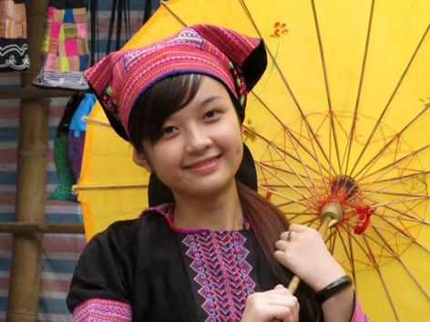 Cô gái mặc đồ Mông gây sốt vì xinh đẹp