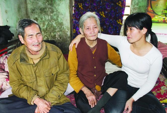 Chị Hưng gặp lại bố mẹ sau 15 năm Ảnh: Hoàng Lam