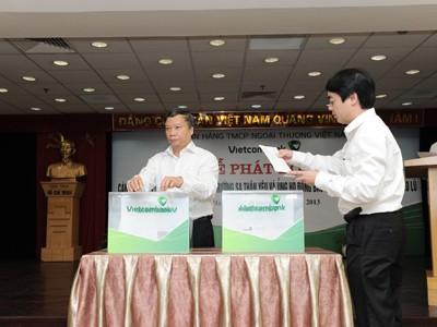 Cán bộ nhân viên Vietcombank quyên góp 7 tỷ đồng Vì Trường Sa thân yêu và ủng hộ đồng bào miền Trung bị lũ lụt