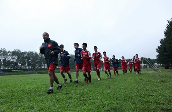 U19 Việt Nam đeo băng tang tưởng nhớ Tướng Giáp