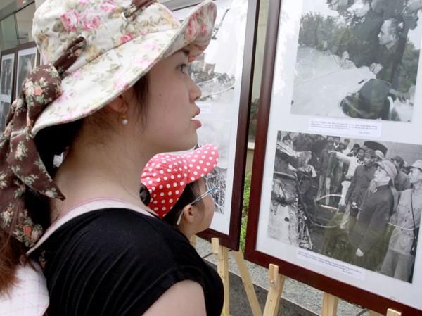 Một người dân đang xem lại những hình ảnh về Đại tướng Võ Nguyên Giáp trên phố Lý Thường Kiệt