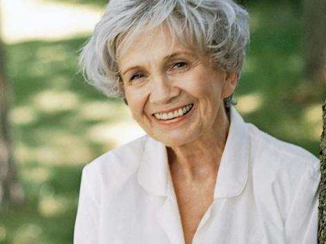 Nữ văn sĩ 82 tuổi giành giải Nobel Văn học