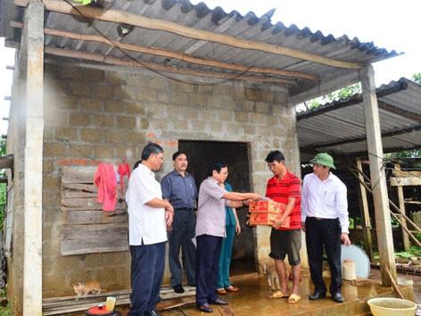 Ngày 1/10, Chủ tịch tỉnh Quảng Trị Nguyễn Đức Cường và lãnh đạo Chi nhánh BIDV Quảng Trị đến thăm, động viên các gia đình có thân nhân bị thương, nhà bị sập ở huyện Vĩnh Linh