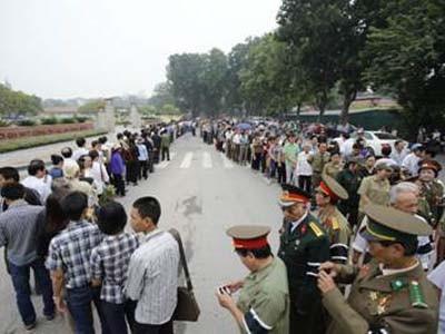 Hàng chục ngàn người mang ảnh Tướng Giáp chờ viếng