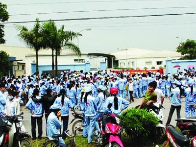 Lương thấp không đủ sống là nguyên nhân khiến đình công ngày càng tăng (Trong ảnh, công nhân khu công nghiệp Quang Minh-Hà Nội đình công đòi tăng lương) Ảnh: Hữu Cẩm