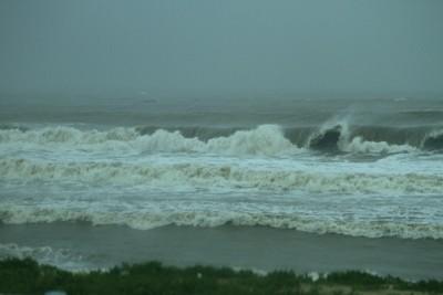 Siêu bão Nari áp sát đất liền, gió giật kinh hoàng