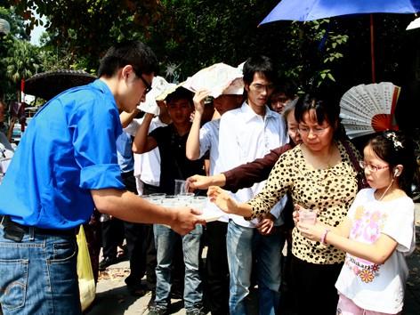 T.Ư Đoàn tiếp tục tặng quà đồng bào bị lũ lụt Nghệ An
