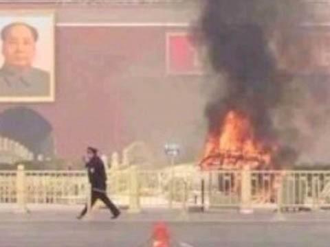 Chiếc xe jeep bốc cháy trước quảng trường Thiên An Môn