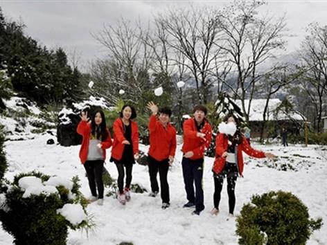 Khách du lịch đổ xô lên Sa Pa đón tuyết trắng