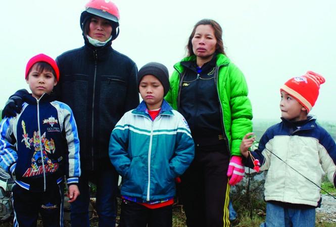 Vợ con ông Vươn, ông Quý sau vụ cưỡng chế Ảnh: CTV