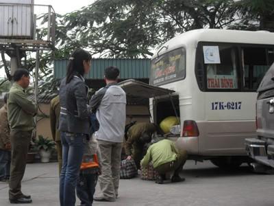 Kiểm tra xe chở hàng lậu tại Chi cục Quản lý thị trường Quảng Ninh  (ảnh chụp ngày 10-12)