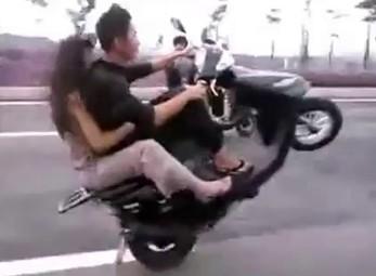 'Nổi da gà' với đôi nam nữ bốc đầu xe máy