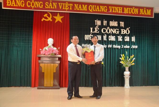Bí thư Tỉnh ủy, Chủ tịch HĐND tỉnh Quảng Trị Nguyễn Văn Hùng trao quyết định giữ chức Bí thư Huyện ủy Hướng Hóa cho ông Lê Minh Tuấn chiều 6/3.